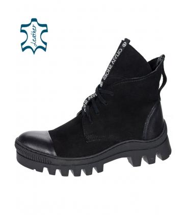 Fekete kényelmes bokacsizma díszítő szalaggal OL DKO2178