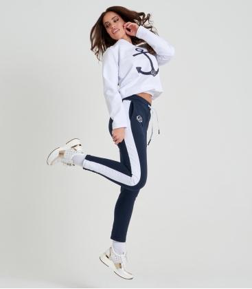 Női jogging szett fehér-kék színben, sötétkék motívummal NOEMI