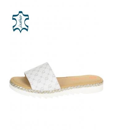 Fehér kényelmes papucs monogrammal OL DSL3401