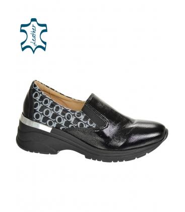 Fekete, fényes csúszós cipők ezüst monogrammal OL DTE3314