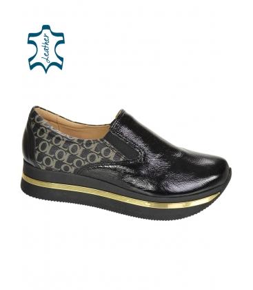Fekete, fényes, felcsúsztatható tornacipő, arany OL monogrammal a KARLA DTE3314 talpán