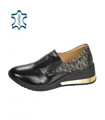 Fekete, fényes, felcsúsztatható tornacipő, arany OL monogrammal a KAMILA DTE3314 talpán