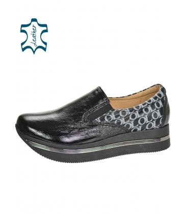 Fekete, fényes, felcsúsztatható tornacipő, ezüst OL monogrammal a KARLA DTE3314 talpán