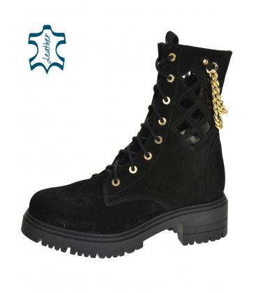 Fekete perforált bokacsizma arany díszítéssel DKO2278