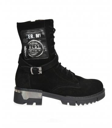 Fekete, kényelmes, szálcsiszolt bőr bokacsizma rátéttel és dekoratív hevederrel HT250